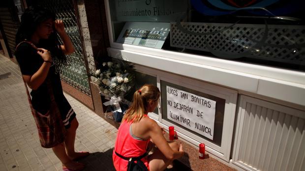 Amigos y familiares de los tres rondeños fallecidos depositan velas en el centro de yoga de una de las víctimas