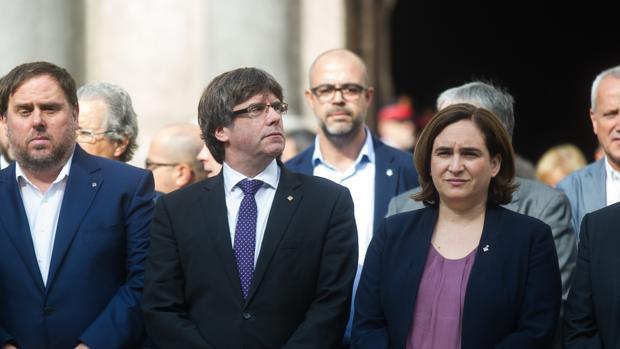 Oriol Junqueras, Carles Puigdemont y Ada Colau, concentrados en la plaza Sant Jaume