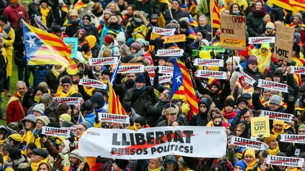 Miles de personas participan en la manifestación independentista organizada por ANC y Omnium Cultural en Bruselas