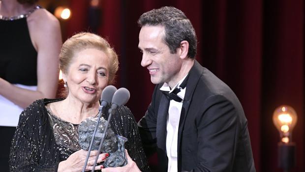 Julita Salmerón, el pasado sábado, en la gala de los Goya junto a su hijo, Gustavo Salmerón