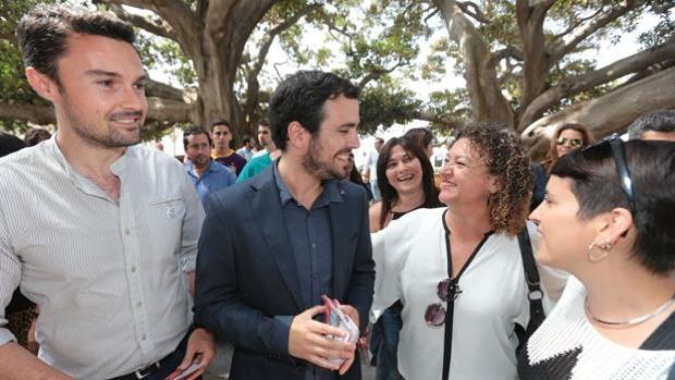 Alberto Garzón, junto a los concejales gaditanos Martín Vila y Eva Tubío
