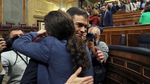Pedro Sánchez y Pablo Iglesias se funden en un abrazo tras el triunfo de la moción de censura
