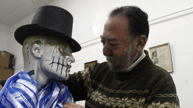 Manolo Torres, uno de los sastres históricos del Carnaval de Cádiz, alma del coro de la Viña.