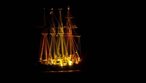 El buque insignia español, fondeado en la Bahía de Cádiz