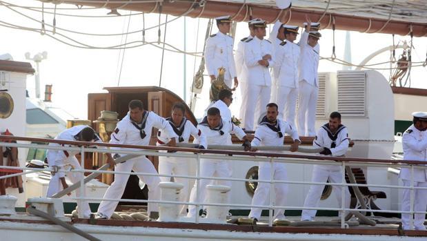 Los marineros del buque Juan Sebastián de Elcano trabajan para llegar al puerto de Cádiz