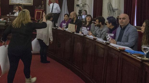 Dos mujeres increpan a los concejales de Podemos durante la celebración de un pleno municipal