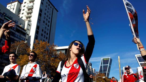 Aficionados del River Plate en la Zona de aficionados habilitada junto a la calle Raimundo Fernández Villaverde en Madrid.