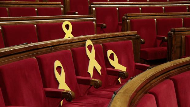 Lazos amarillos en el hemiciclo del Parlamento de Cataluña