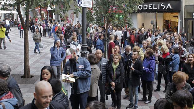 Espectadores frente al cine Acteón, en la Calle Montera de Madrid, el primer día de la Fiesta del Cine