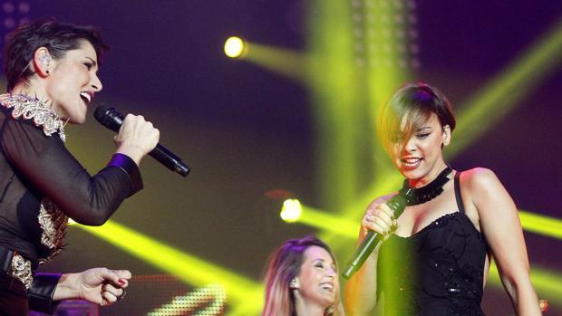 Chenoa, junto a Rosa, durante una de las actuaciones del concierto