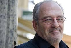 El actor Carlos Olalla malvive pidiendo en el metro de Madrid