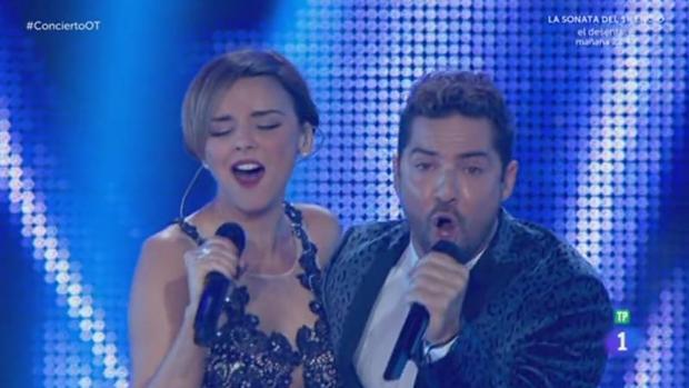 Chenoa y Bisbal cantan «Escondidos»