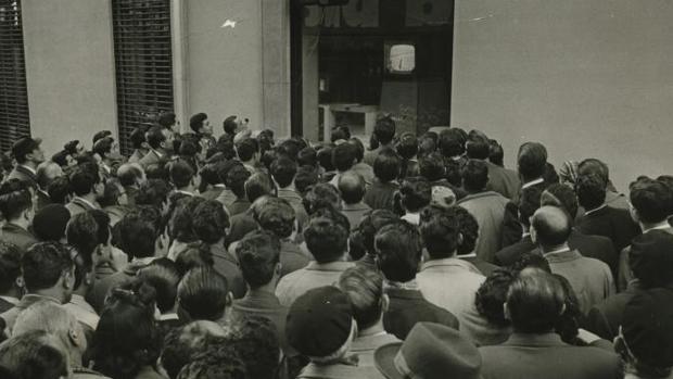 Numeroso público congregado ante los aparatos de televisión instalados en diversos establecimientos que retransmitían el partido entre el Real Madrid y el Barcelona