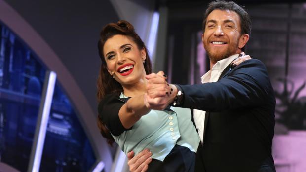 Pilar Rubio junto a Panlo Motos durante su reto semanal.