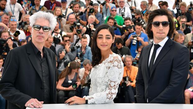 Jim Jarmusch, a la izquierda, junto a la actriz Golshifteh Farahani y a Adam Driver en el Festival de Cannes el pasado mayo