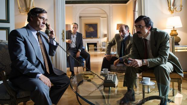 Eduard Fernández (como Fernando Paesa en «El hombre de las mil caras») junto a José Coronado y otros protagonistas de la película