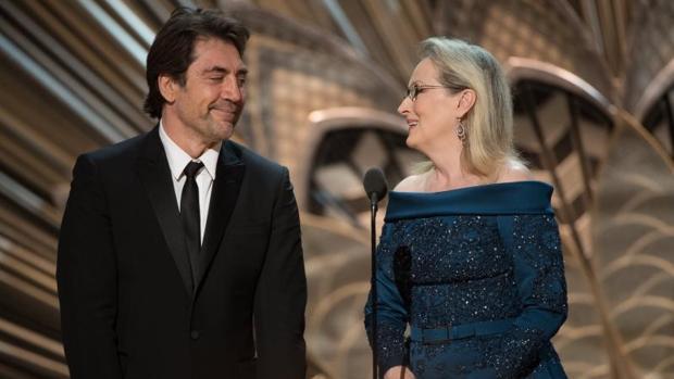 Momento en que Javier Bardem y Meryl Streep anuncian el Premio Oscar a Mejor Dirección de Fotografía, que ha sido para «La La Land»
