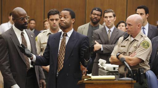 Sterling K. Brown como Christopher Darden y Cuba Gooding, Jr. como O.J. Simpson en «American Crime Story»