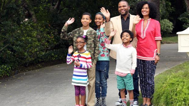La familia protagonista de la serie «Black-ish»