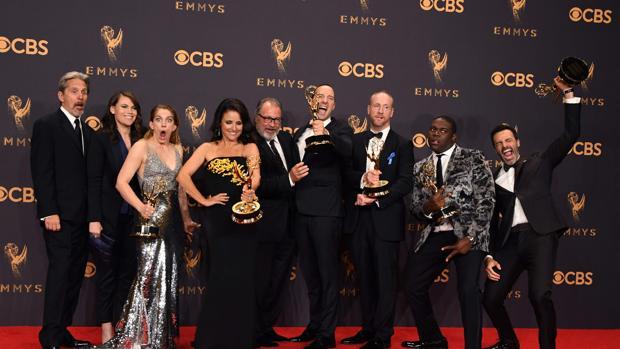 Julia Louis-Dreyfus, junto al reparto de «Veep», ganadores del Emmy a la mejor serie de comedia
