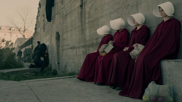 Imagen de la serie de Hulu, «The Handmaid's Tale»