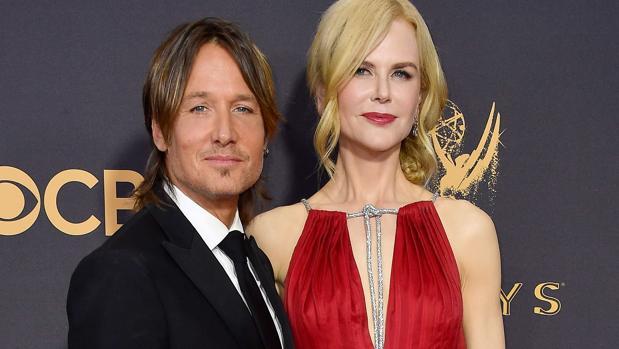 El músico Keith Urban (i), junto a Nicole Kidman (d), en la gala de los Emmy 2017