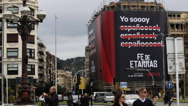 Cartel publicitario de la película «Fe de etarras» en San Sebastián