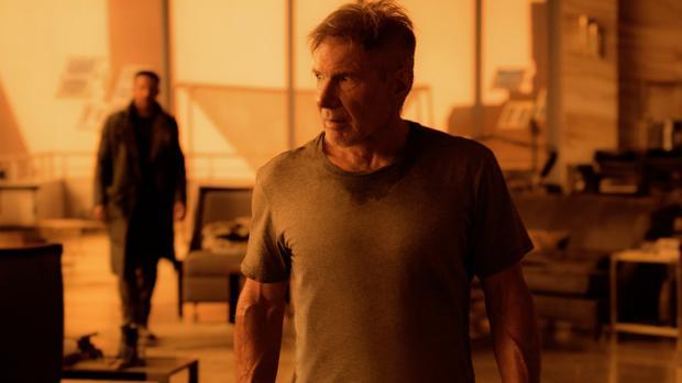 Ryan Gosling (al fondo) y Harrison Ford, en un fotograma de Blade Runner 2049