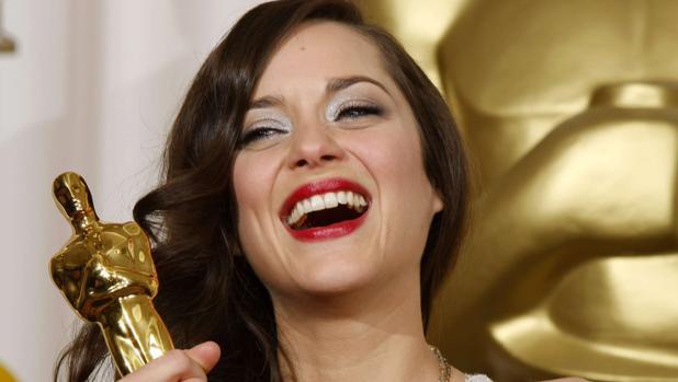 Marion Cotillard sonríe junto al Óscar que ganó en 2007 por «La vida en rosa»