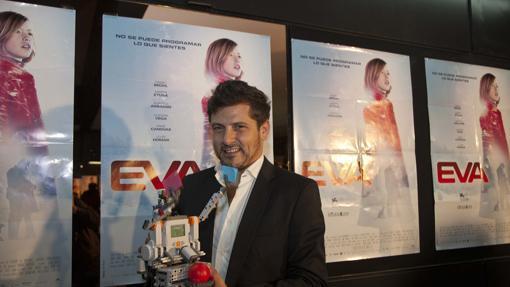 Kike Maíllo posa junto a un cartel de «Eva»