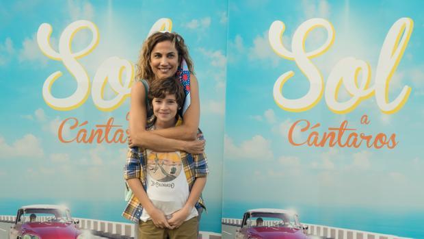 Toni Acosta y Alejandro Serrano, madre e hijo en el filme