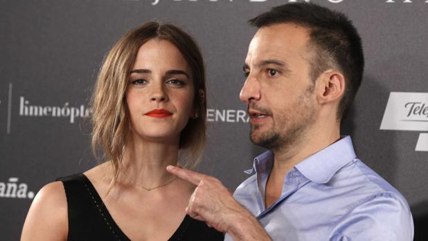 La actriz Emma Watson y Alejandro Amenábar, en el estreno de «Regresión»