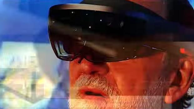 Mariano Rajoy, con unas gafas de realidad virtual, en el nuevo vídeo promocional de «Black Mirror»