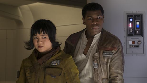 Kelly Marie Tran, estadounidense de padres vietnamitas, junto a John Boyega en «Star Wars: Los últimos Jedi»