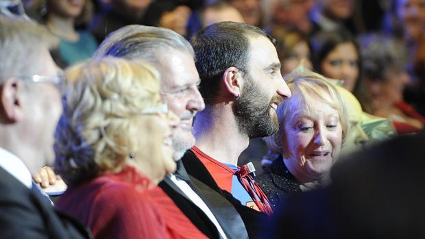 Momento de la pasada gala de los Goya con Dani Rovira, presentador, en un sketch sentado entre el ministro Íñigo Méndez de Vigo y la presidenta de la Academia de Cine, Yvonne Blake