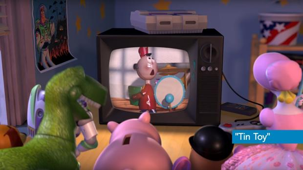 Fotograma de «Toy Story 2» en el que los juguetes ven imágenes de «Tin Toy», corto de Pixar