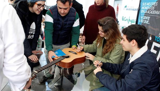 Amaia firma la guitarra de una fan junto a su compañero de Operación Triunfo, Alfred