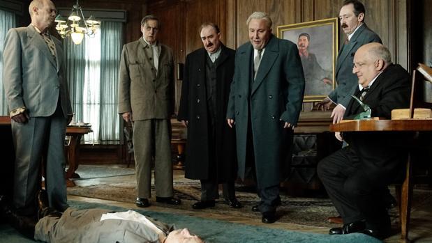 Los líderes soviéticos observan con temor el cadáver de Stalin