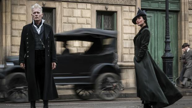 Johnny Depp como Gellert Grinderwald y Poppy Corby-Tuech como Vinda Rosier en Animales fantásticos y dónde encontrarlos 2: Los crímenes de Grindelwald