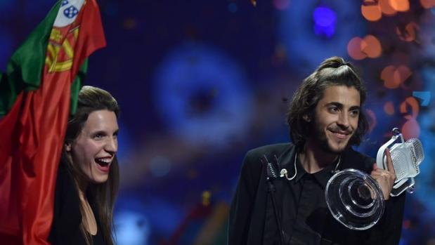 Salvador Sobral y su hermana Luísa Sobral tras ganar Eurovisión en Kiev