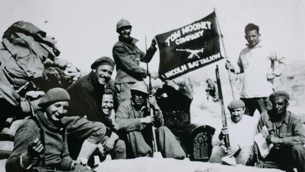 A la derecha el veterano Dave Smith, de la Brigada Lincoln en Jarama