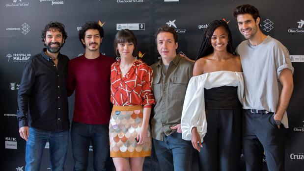 El equipo de «Las leyes de la termodinámica»: El director Mateo Gil (i) y los actores, Chino Darín (2i), Vicky Luengo (3i), Vito Sanz (3d), Berta Vázquez(2d) y Juan Betancourt (d