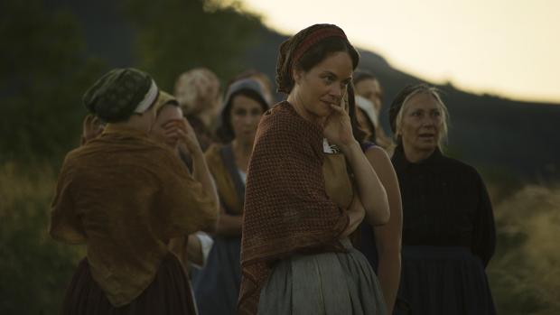 Las mujeres del pueblo cuchichean ante la llegada de un extraño hombre
