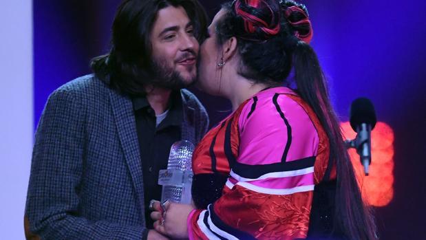 Salvador Sobral entregó el sábado el micrófono de cristal a Netta Barzilai, la ganadora de Eurovisión 2018