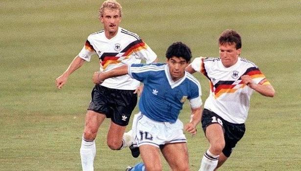 Matthaus persigue a Maradona