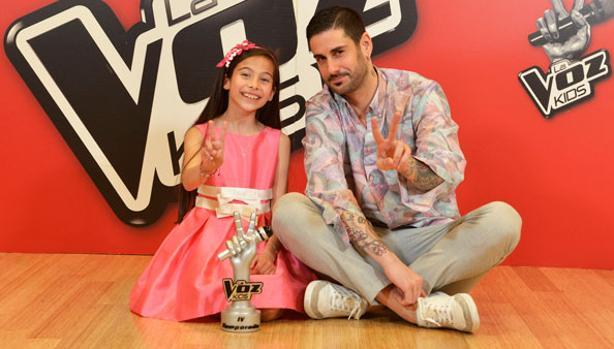 Melani, ganadora de «La Voz Kids», con su coach, Melendi