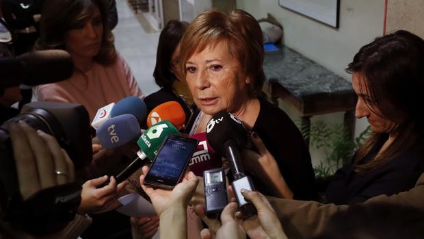 Celia Villalobos atiende a los medios en el Congreso de los Diputados