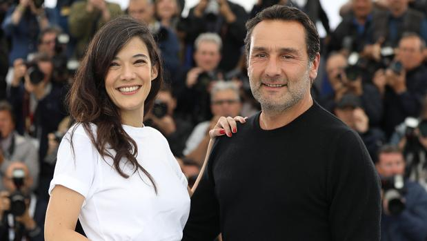 Gilles Lellouche (i), director de «El gran baño», junto con Mélanie Doutey, una de sus protagonistas, en el Festival de Cannes