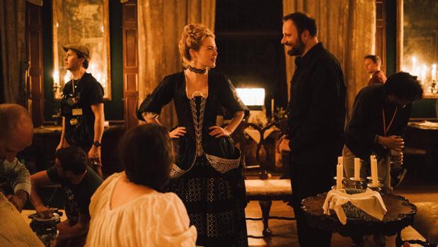 Emma Stone charla con Yorgos Lanthimos durante el rodaje de «La favorita»
