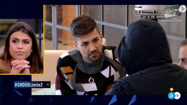 Sofía Suescun observa una conversación entre Alejandro Albalá, Kiko Rivera y Antonio Tejado en «GH Dúo»
